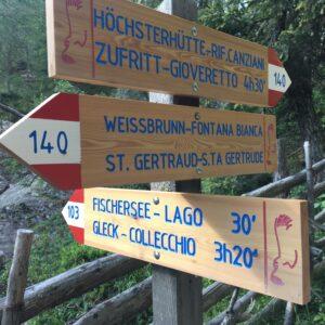 Schilder zur Gleckspitze im Ultental